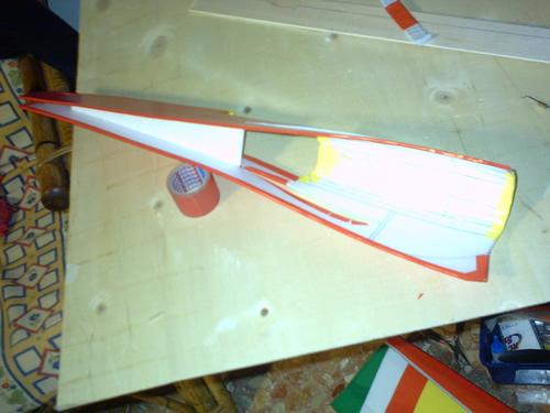 Piegatura ed incollaggio del pannello F3 nella fusoliera
